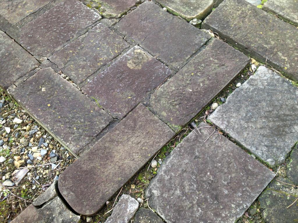 とあるお寺の石畳。どうみても墓石の再利用。
