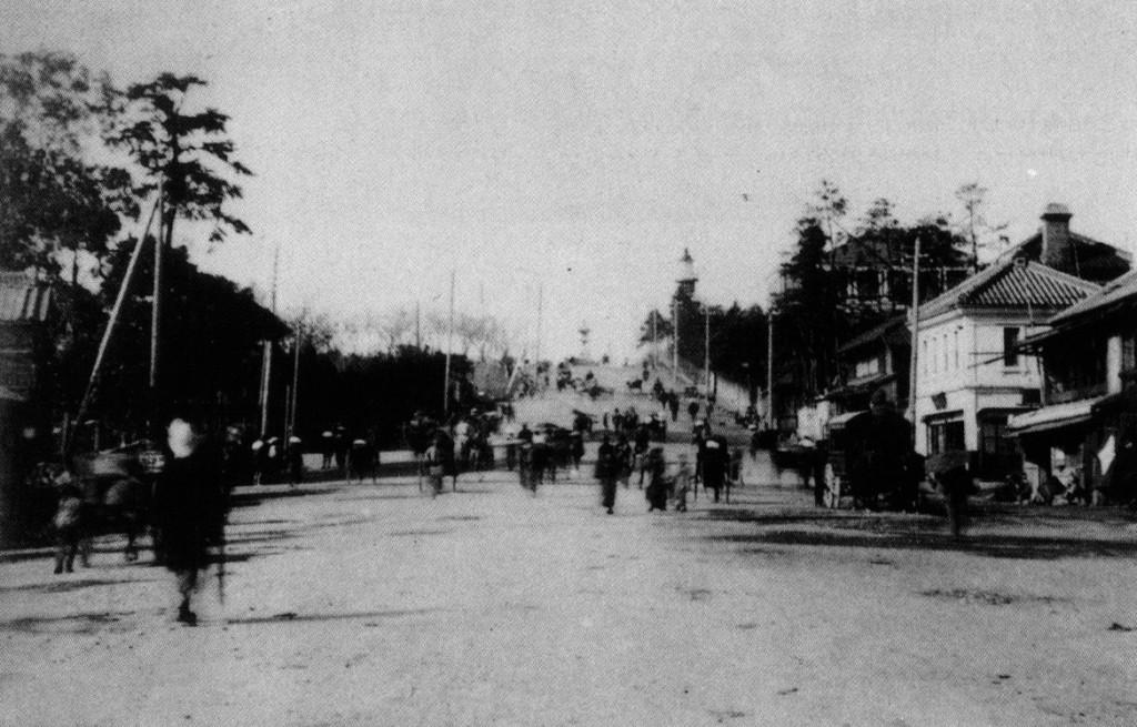 古写真:九段坂と常燈明台。