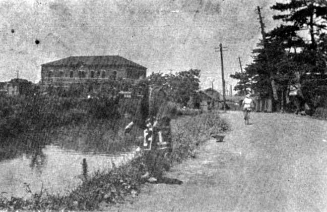 古写真(明治末):神田川と早稲田東電変電所。おじさんが神田川で釣りをしていてのどかです。