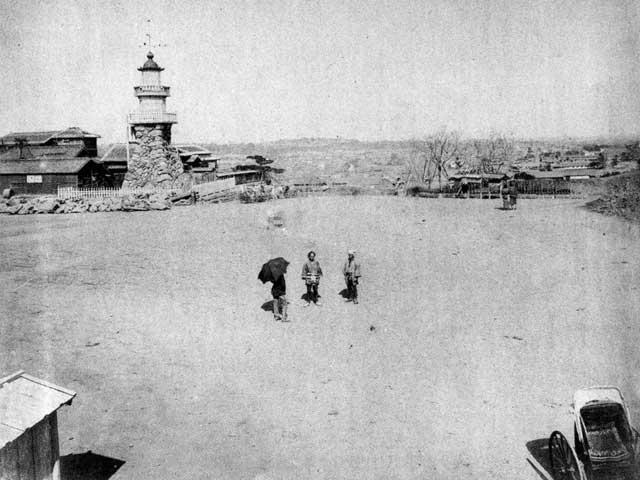 古写真:九段坂と奥の方に常燈明台。
