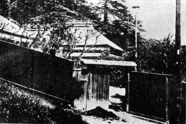 古写真:戦前の関口芭蕉庵。胸突坂がちょこっと写っています。