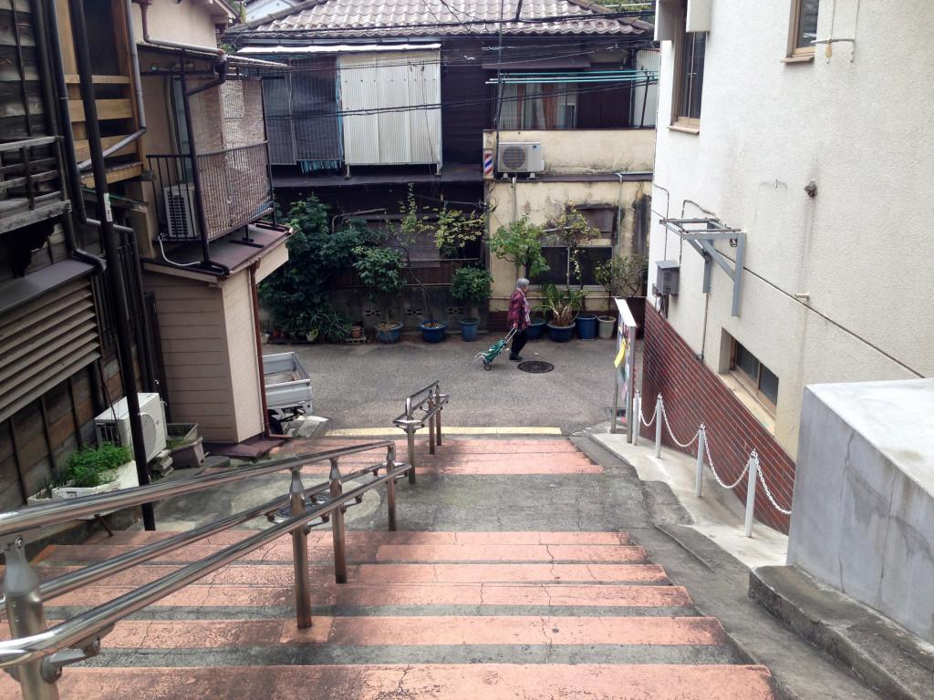 2014年11月、菊坂から菊坂下道へ降りる階段坂。