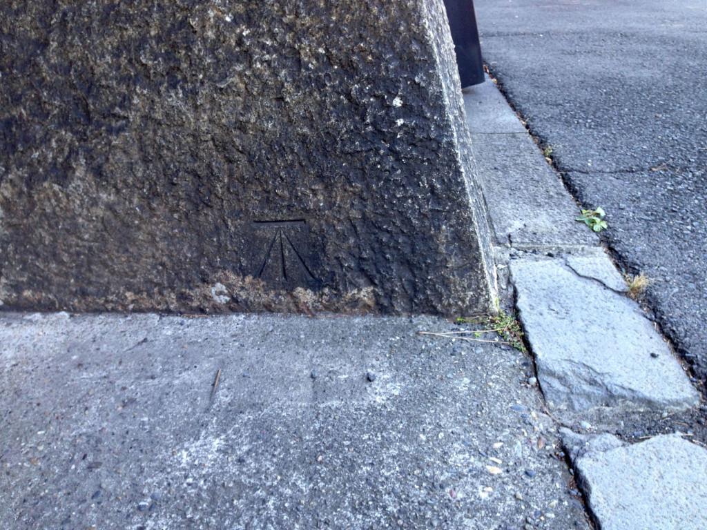 外桜田門の内側の桔梗門の几号水準点