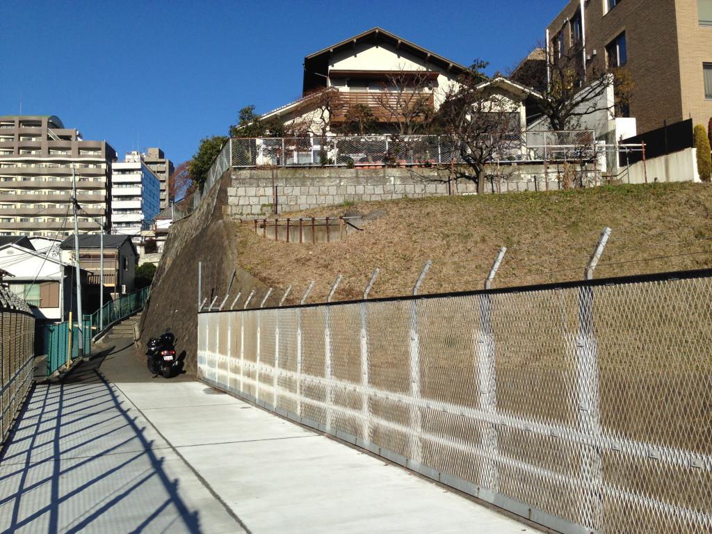 削られた鶯谷と無名の階段坂