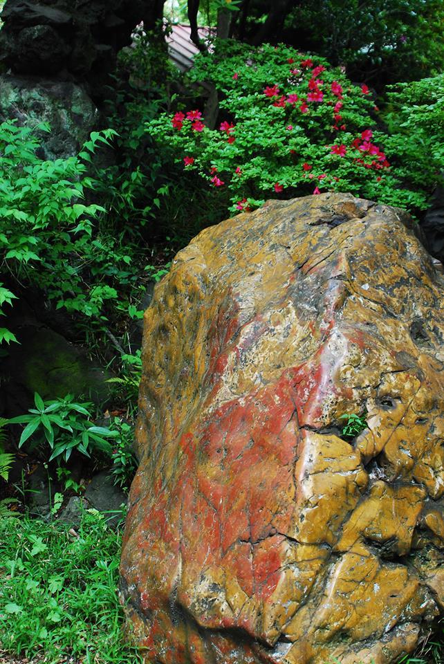 銅御殿の庭石