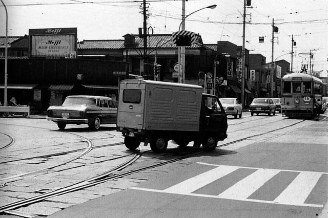 古写真:昭和45年、伝通院前の都電。都電がいるのが春日通り。左から安藤坂が登ってきます。