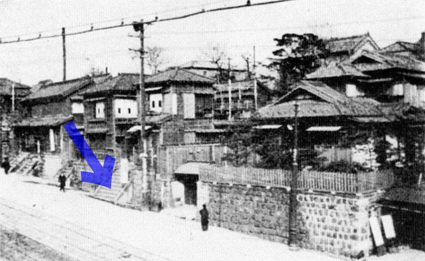 古写真:昭和5年頃の萩の舎周辺。矢印の階段が萩の舎の入口。市電の架線もみえます。
