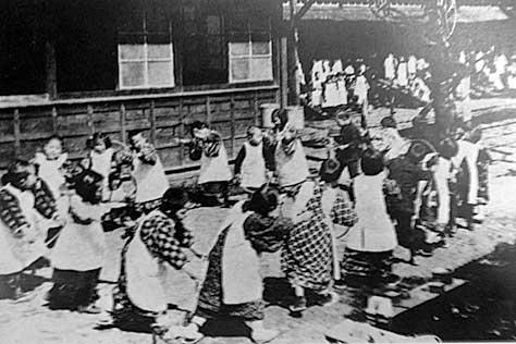 古写真:明治30年頃の幼稚園児童