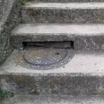 階段にマンホール