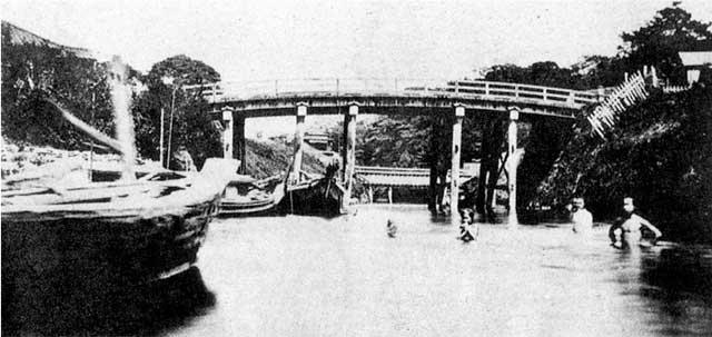 古写真:年代不明(明治初期)水道橋と奥に見える懸桶