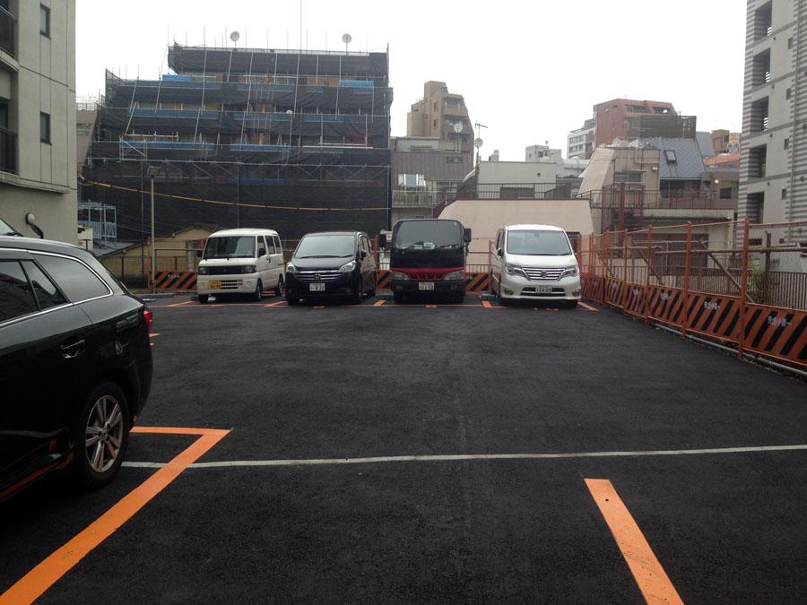 石垣の上は駐車場