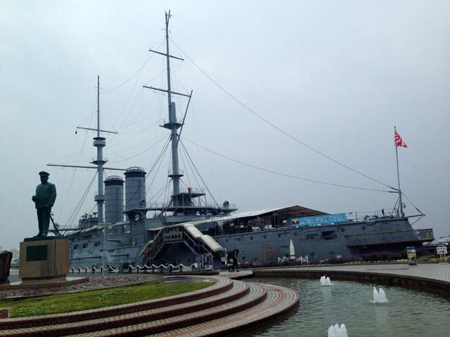 三笠公園。東郷平八郎像と戦艦「三笠」。