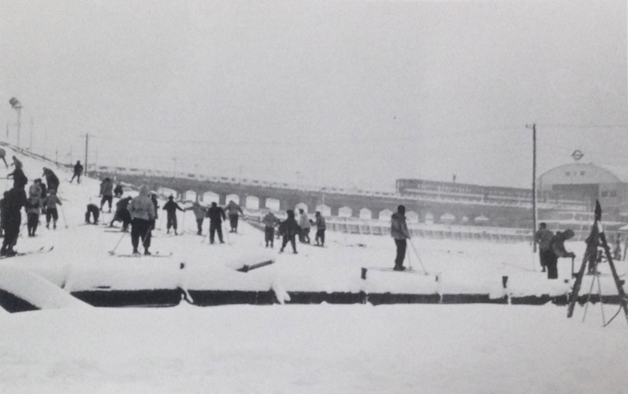 古写真:昭和28年(1953 年)後楽園駅前にスキー場。