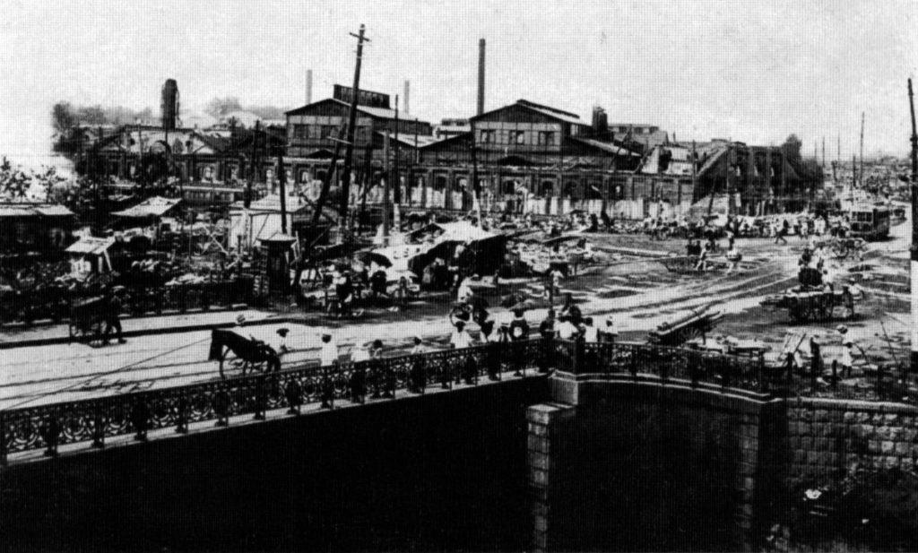 古写真:大正12年(1923 年)震災後の砲兵工廠。手前が水道橋。