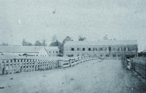 古写真:明治四年(1871年)小石川橋から見る。