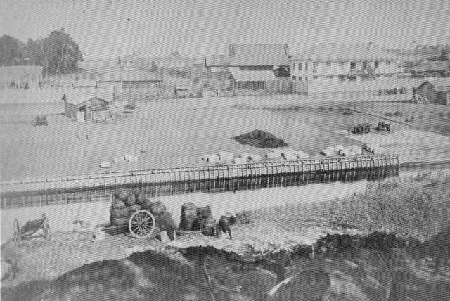 古写真:明治四年(1871年)神田川越しに見る右、銃器倉庫、左、材料庫。