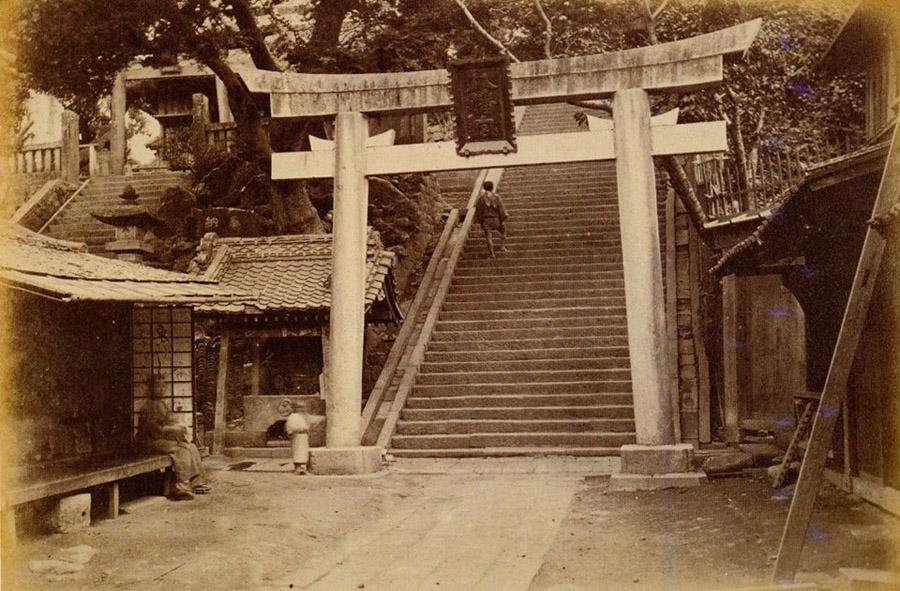 明治六年頃の市谷亀岡八幡。石段の下に水鉢と台座があります。