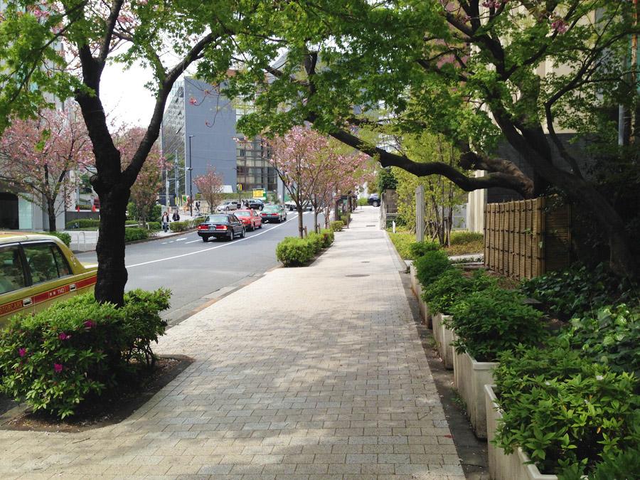 清水谷公園前から紀尾井坂下を望む