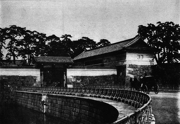 古写真:馬車が入って行く桜田門