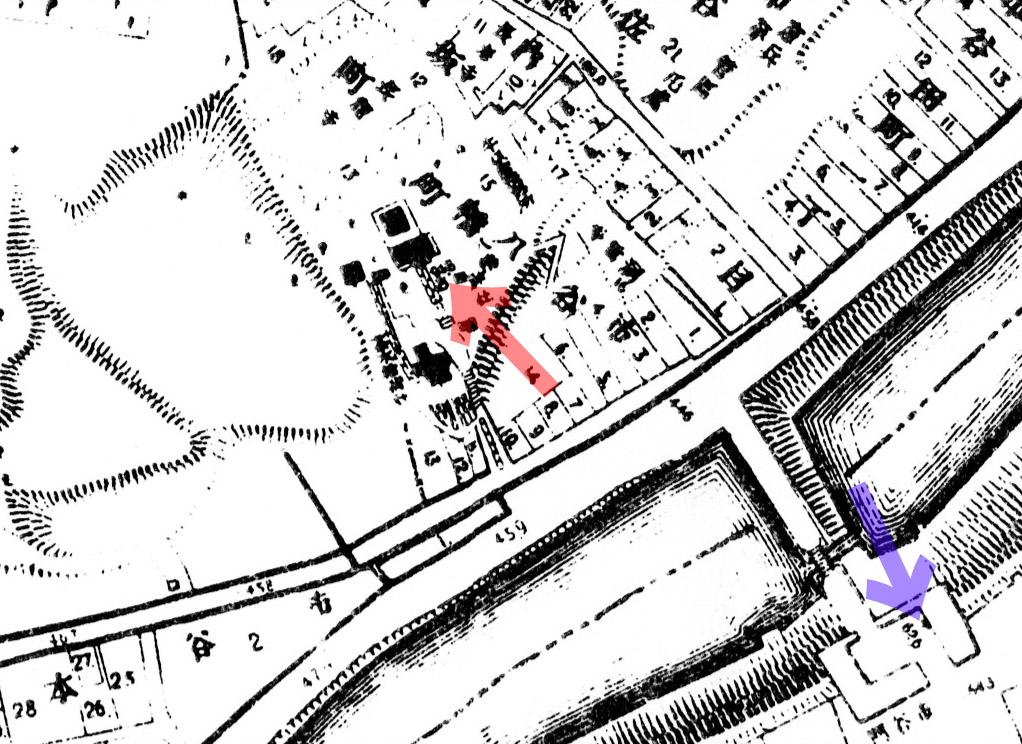 古地図:明治20年(1887年)東京実測図より赤矢印、市谷亀岡八幡宮の几号水準点と青矢印、市谷御門の几号水準点。