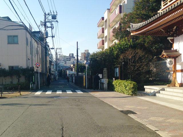 処静院は廃寺となり、この通りの奥が処静院のあった場所です。