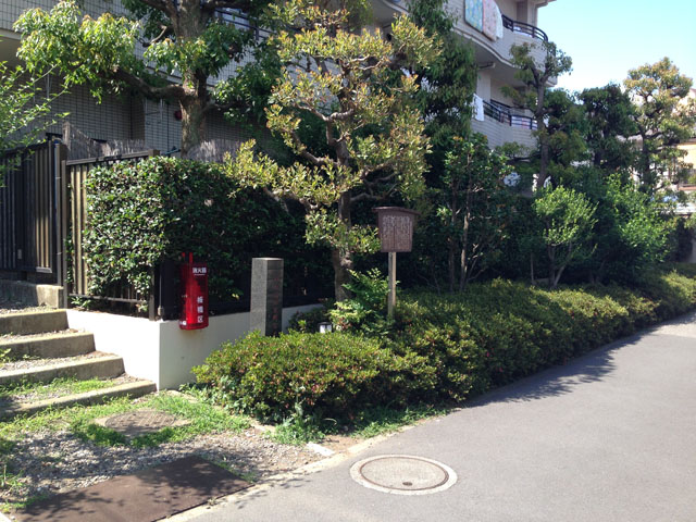 板橋宿平尾脇本陣豊田家。碑が経つ建つだけです。