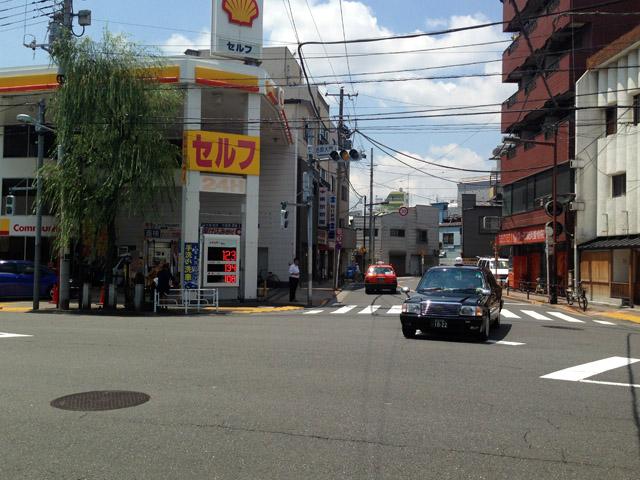吉原大門交差点。左が見返り柳。