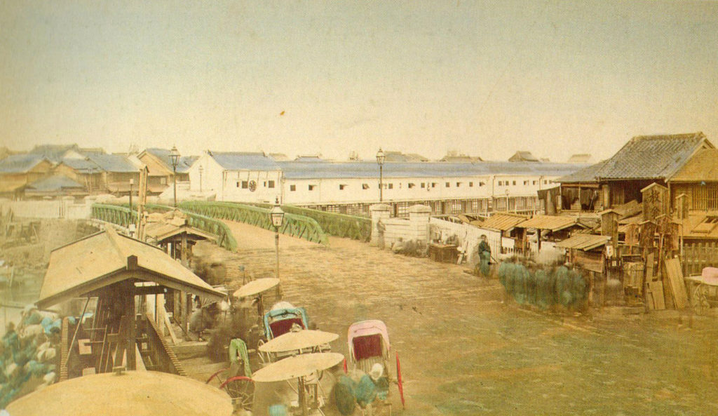 古写真:明治六年(1873 年)日本橋の高札場