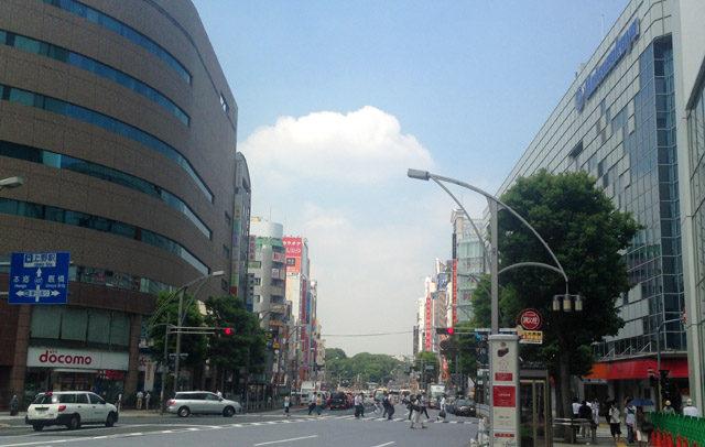 上野広小路。正面の緑が上野のお山、右側が松坂屋デパート。