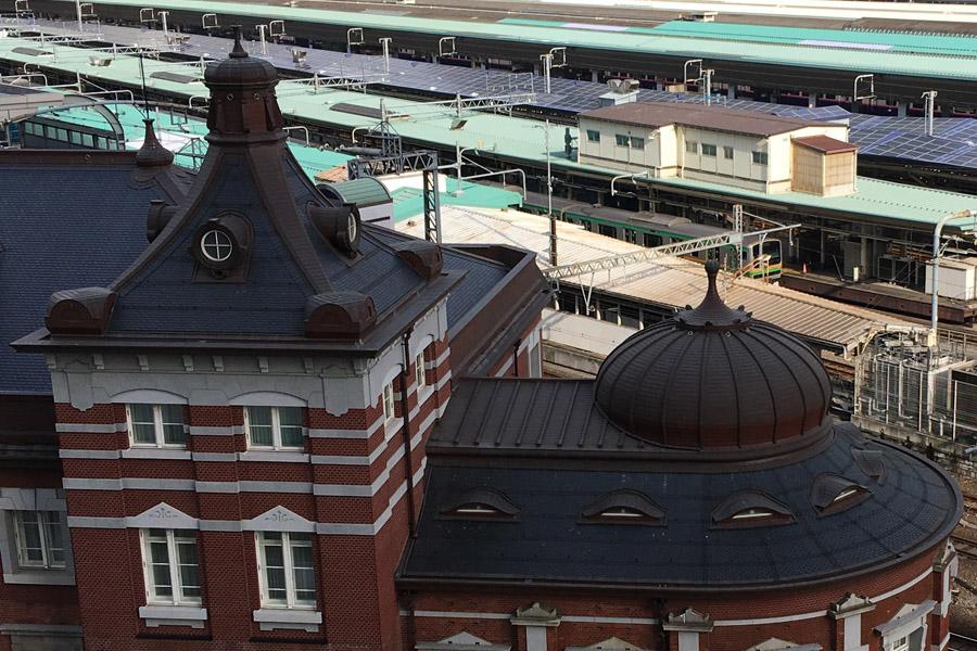 銅板屋根。黒く見えるのが天然スレート。