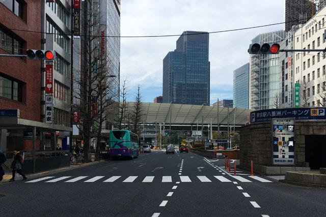 八重洲通りから見る東京駅八重洲口の大きなひさし「グランルーフ」。