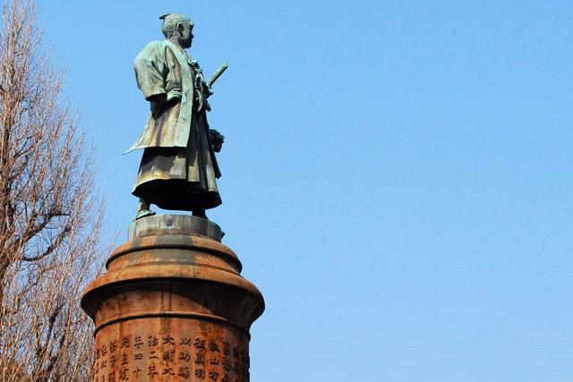 上野のお山を向く大村益次郎像