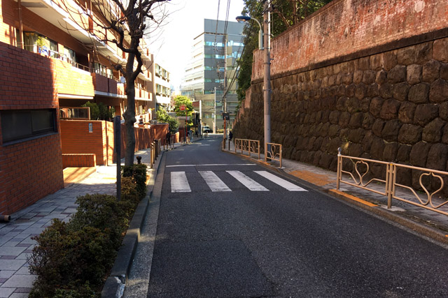 無縁坂と岩崎邸の塀。