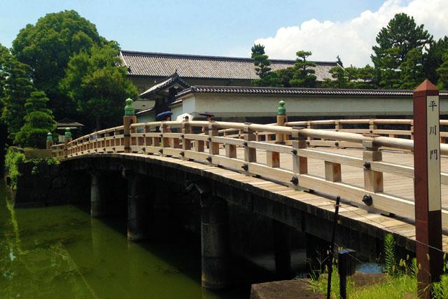 高麗門(枡形の第一の門)が横を向いている平川門。