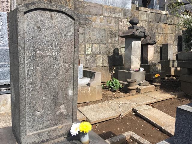 写真 後方十字架があるのがヒュースケン墓。