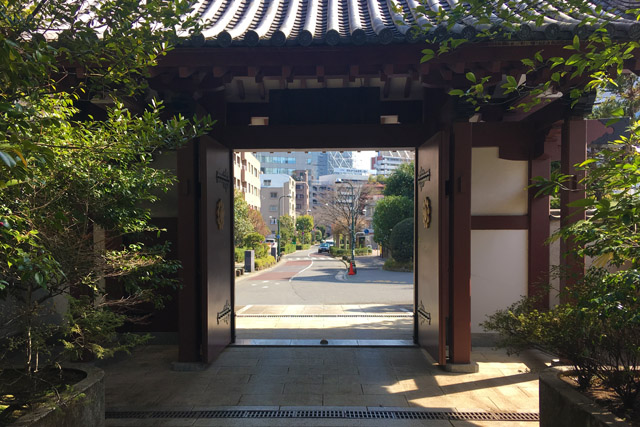 東禅寺山門から東海道を見る。
