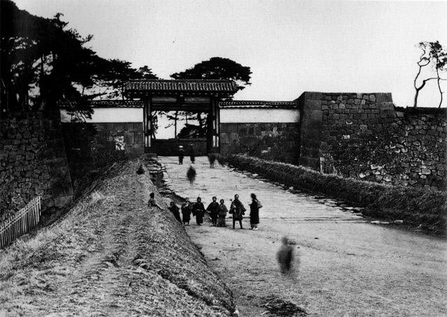 古写真:赤坂見附と見附から下って行く土橋。見附とは敵を見つけるという意味。高いところに位置しているのが普通です。