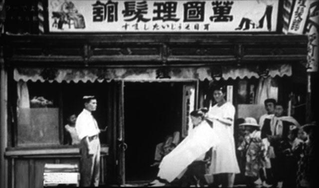 明治後期、神楽坂の床屋。