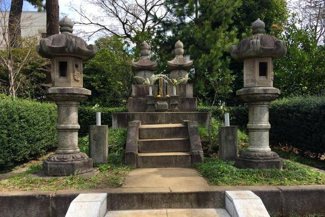 勝海舟夫妻墓