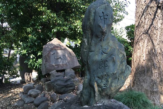 大久保利通の従者中村太郎と馬の墓