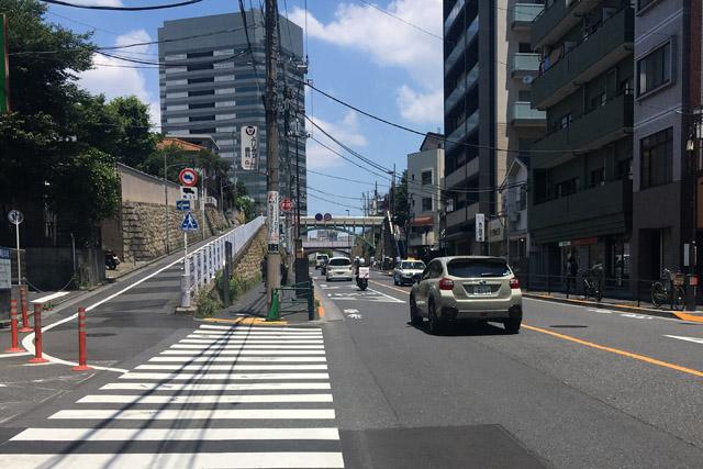 今は切り通しの東覚寺坂。側道を上り歩道橋を渡ると芥川家跡。