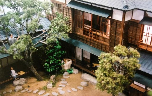 芥川家ジオラマ。木登りをする龍之介。