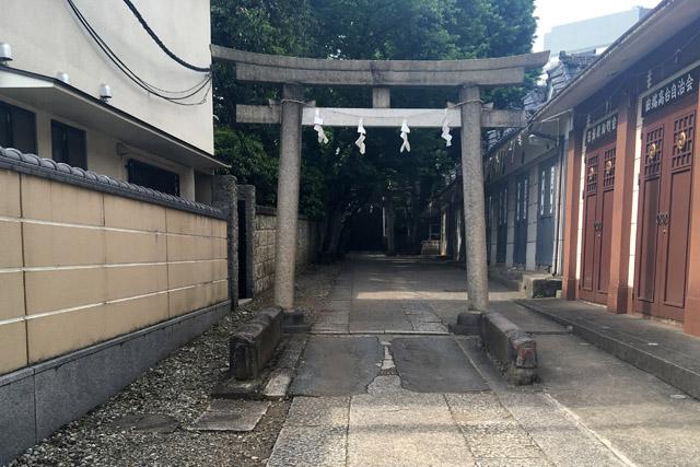 今は田端八幡一の鳥居前に移設されている谷田橋。