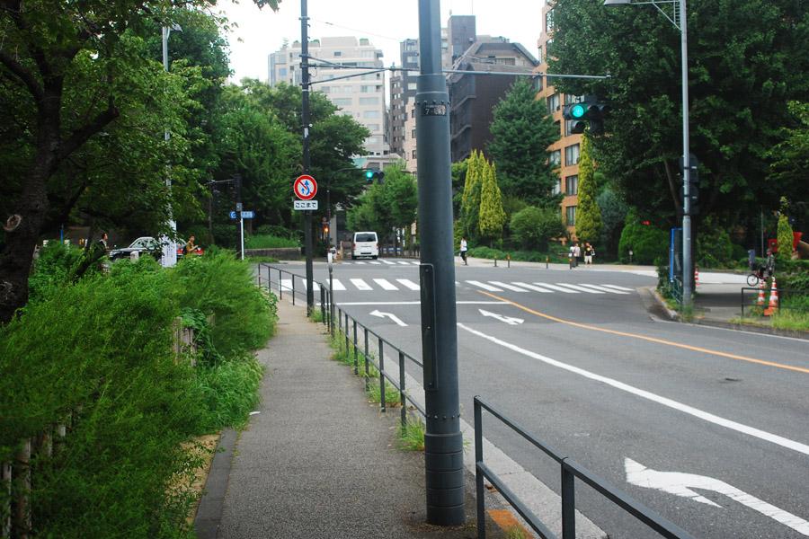 この交差点を左。