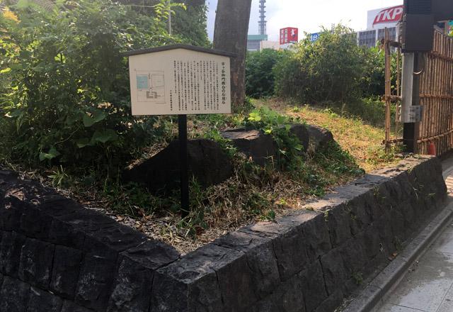 帯坂をまっすぐ降りるとある市ヶ谷御門の石垣石。