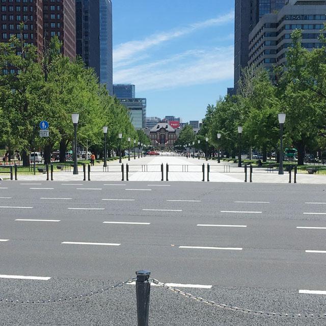 御幸通りと東京駅を望む。