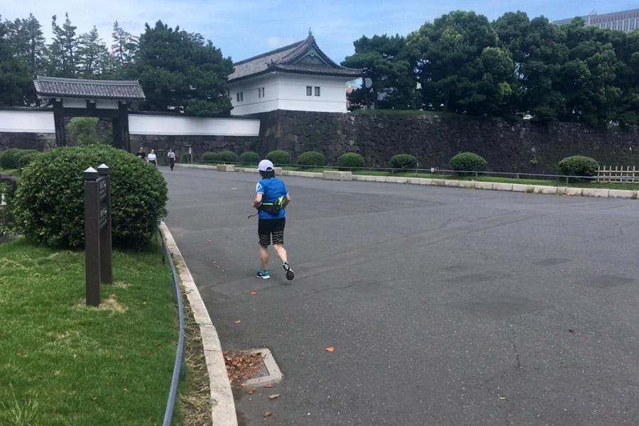 桜田門をくぐる