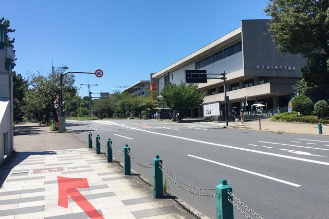 竹橋の上の千代田区のプレートと東京国立近代美術館。