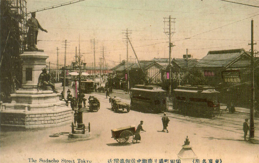 明治四十四年頃、広瀬中佐像の背後に建設中の万世橋駅