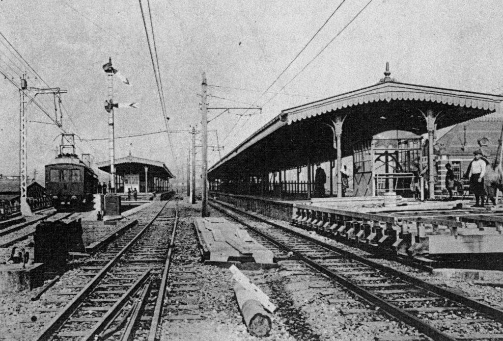 烏森駅。左が電車用ホーム、右が汽車用ホーム。右に駅舎が写っています。